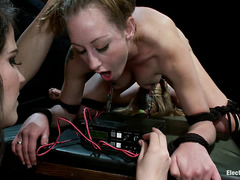 Bobbi Starr uses electricity to make Penny Pax and Lizzy London moan