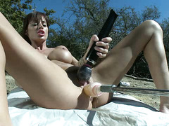 Ashlynn Leigh squirts during outside fuck session with machines